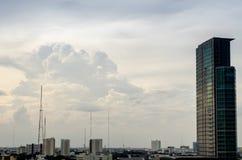 Himmel und Wolkenhintergrund und -gebäude Stockbilder