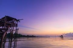 Himmel under skymning över sjön med fiskerin Fotografering för Bildbyråer