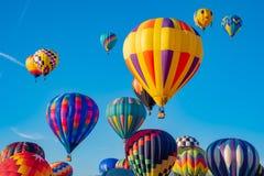 Himmel voll der Ballone stockfotografie