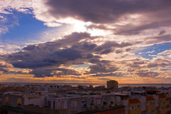 Himmel, Wolken, irgendeine Estepona-Stadt, Andalusien, Spanien stockbilder