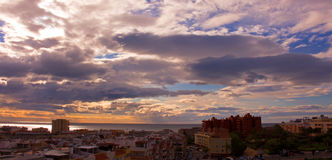 Himmel, Wolken, irgendeine Estepona-Stadt, Andalusien, Spanien stockfoto