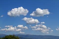 Himmel, Wolken und Berg Stockbild