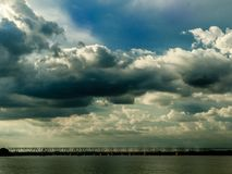 Himmel, Wolken und eine Brücke Lizenzfreie Stockfotos