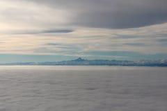 Himmel, Wolken und Mont Blanc Schattenbild des kauernden Geschäftsmannes Stockbild