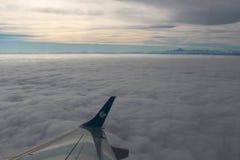 Himmel, Wolken und Mont Blanc Schattenbild des kauernden Geschäftsmannes Stockfotografie