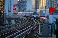 Himmel-Zug Bangkok, das zur Station ankommt lizenzfreie stockfotos