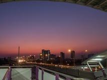 Himmel-Zug mit dem schönen Himmel stockfoto