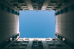 Himmel zwischen Gebäuden Stockfotografie