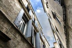 Himmel zwischen nahen stehenden Gebäuden Stockfotos