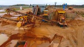Himmelansicht des Bergbauförderers Sand sortierend Bergwerksausrüstung am Steinbruch stock video footage