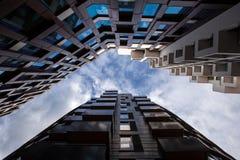 Himmelansicht mit hohen Gebäuden stockfotos