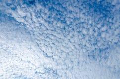 Himmelansicht mit weißen Wolken von Adler Strand, Aruba Lizenzfreie Stockfotografie