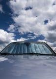 Himmelauto mit Sonnebildschirm Lizenzfreie Stockfotos