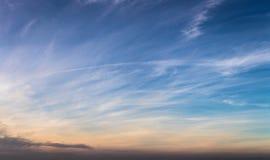 Himmelbakgrund med moln som ett panoramabaner Arkivfoton