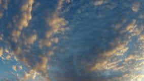 Himmelblau und orange Licht der Sonne durch die Wolken im Himmel überleben Video 4K HD stock footage