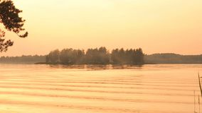 Himmelfluß Volga See des Landschaftsschönen goldenen Sonnenuntergangs roter Die Sonnesets hinter dem Horizont Ruhe und Ruhe stock video