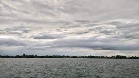 Himmelflusssonnenuntergangschwarzregen Stockfotos