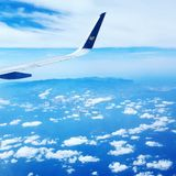 Himmelflygplanet fördunklar himmel Arkivfoto