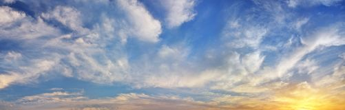 Himmelhintergrund auf Sonnenuntergang Lizenzfreie Stockfotos
