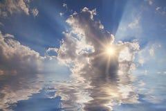 Himmelljus i molnen Arkivbilder