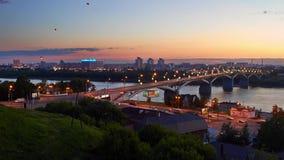 Himmellyktor som flyger över floden och bron på natten arkivfilmer