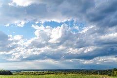 Himmelmoln, himmel med moln och horizont för stad för solsikt utomhus- arkivbilder