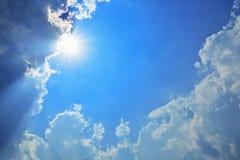 Himmelmoln, himmel med moln och sol Arkivfoto