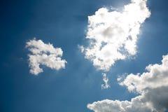Himmelmoln på en bakgrund av ljusa blått gör klar himmel Arkivbild