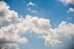 Himmelmoln på en bakgrund av ljusa blått gör klar himmel Arkivfoto