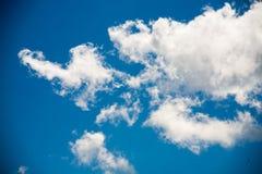 Himmelmoln på en bakgrund av ljusa blått gör klar himmel Royaltyfria Foton