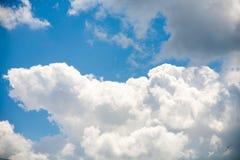 Himmelmoln på en bakgrund av ljusa blått gör klar himmel Royaltyfri Foto