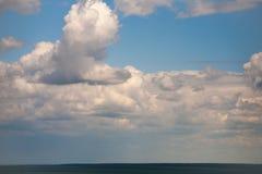 Himmelmoln på en bakgrund av ljusa blått gör klar himmel Royaltyfri Fotografi