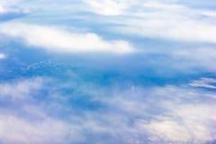 Himmelmolnnivån påskyndar flygsolnedgång Arkivfoto
