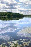 Himmelreflexion in einer glatten Oberfläche des Wassers Stockfoto