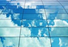 Himmelreflexion i byggnadens fönster Arkivbild