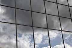 Himmelreflexion i ett fönster arkivbilder