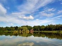 himmelreflexion i sjön Arkivbilder