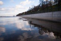 Himmelreflexion i vatten arkivfoton