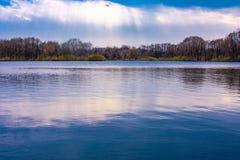 Himmelreflexion i vatten arkivfoto