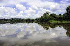 Himmelreflexion på den Nilwala floden södra Sri Lanka Royaltyfria Bilder