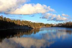 Himmelreflexion på sjön Arkivfoton