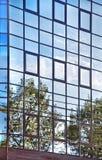 Himmelreflexionen in der Glaswand. lizenzfreie stockfotografie