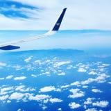 Himmelsflugzeug bewölkt Himmel Stockfoto