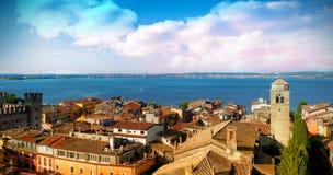 Himmelsikt av en by framme av havet Fotografering för Bildbyråer