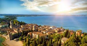 Himmelsikt av en by framme av havet Arkivfoto