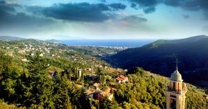 Himmelsikt av en by i berg Fotografering för Bildbyråer