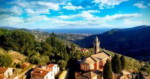 Himmelsikt av en by i berg Arkivbild