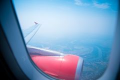 Himmelsikt från flygplanet Flyg- sikt från fönster Royaltyfri Foto
