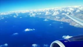 Himmelsikt från flygplanfönster Royaltyfria Bilder