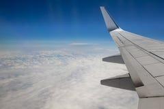 Himmelsikt från flygplanfönster Arkivbilder